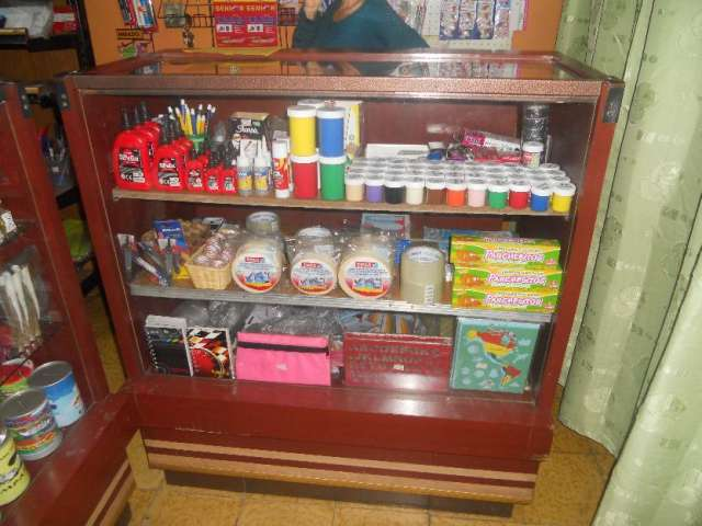 Vendo estanterias y mercancia para papeleria