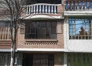 Casa de tres plantas con terraza,chimenea, y tina en la alcoba principal.