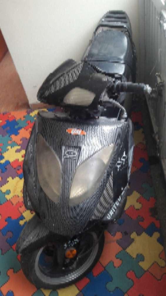 Vendo o permuto moto automatica 150 cc